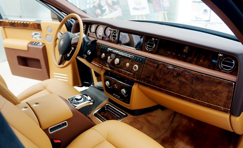 Nội thất ốp gỗ óc chó trên xe Rolls Royce